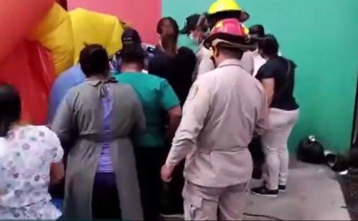 Al sujeto lo asistieron enfermeras y paramédicos de los bomberos.